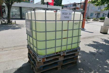 Cisterna sa pijaćom vodom u centru Inđije zbog tropskih temperatura