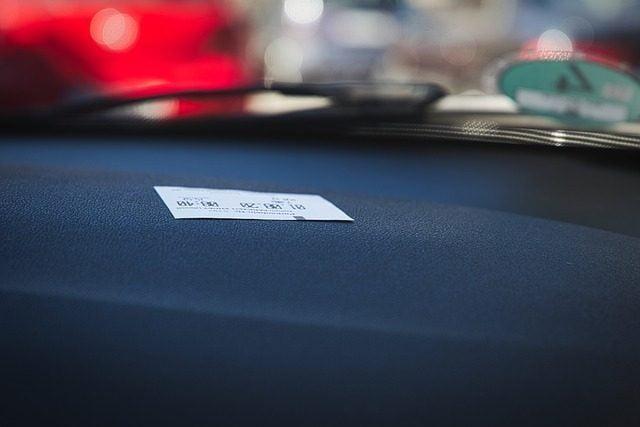 Ne može da registruje automobil zbog duga parking servisu
