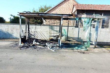 Zapaljeno autobusko stajalište